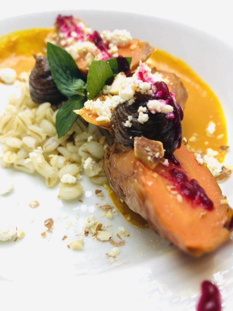 2. Бавно печени моркови с био ечемик и сос от маскарпоне.