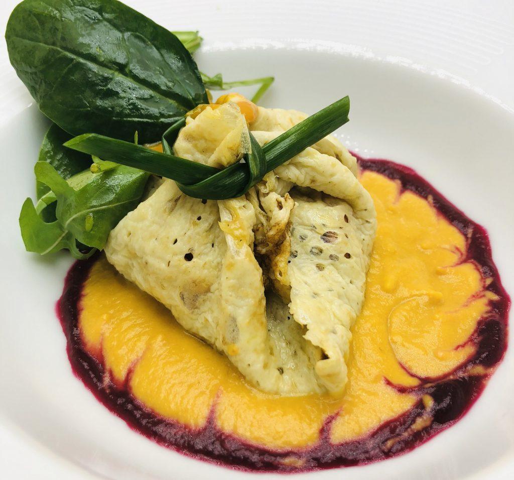 2. Рагу от скариди увито във фина палачинка, поднесено върху морковено-джинджифилова емулсия и свежа рукола.