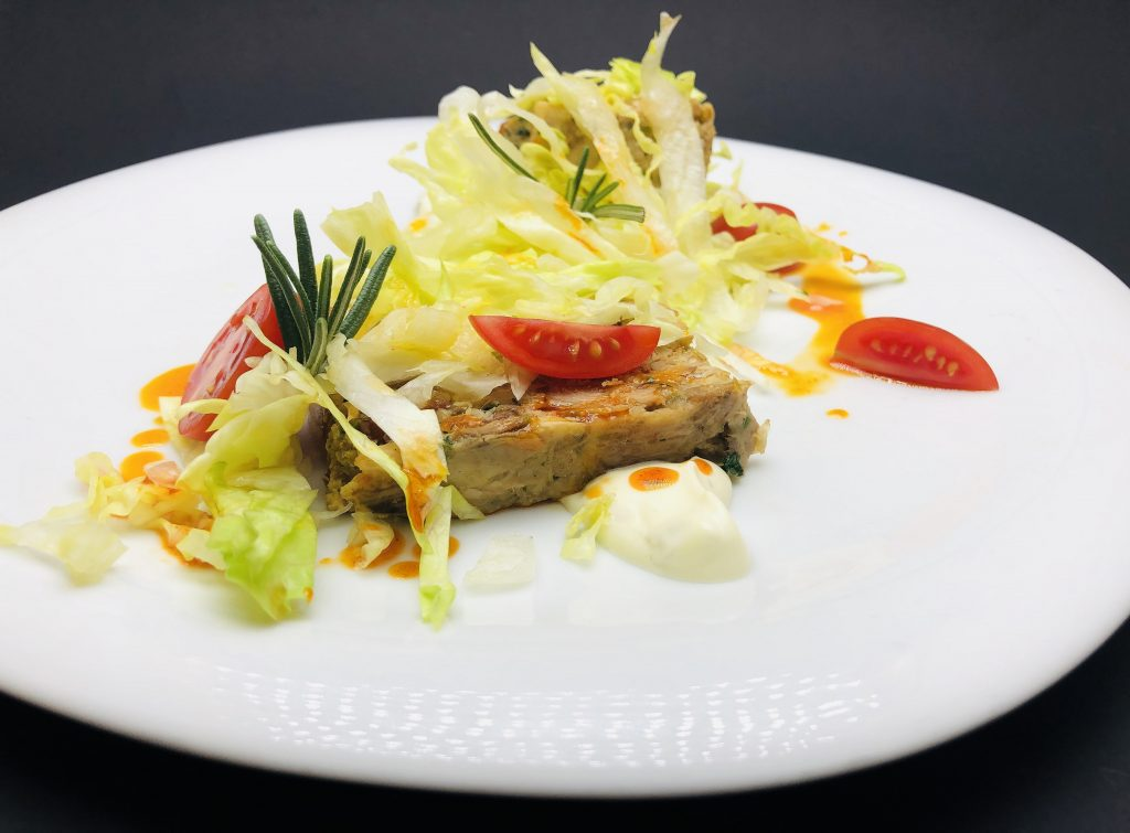 3. Свински терин от джолан със сушени домати, сос тартар и айсберг.