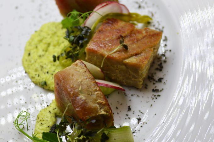 2. Хапки от червенa риба тон с мус от авокадо и филаделфия, филетирани репички и пресни аспержи, поръсени с пудра от черен сусам.