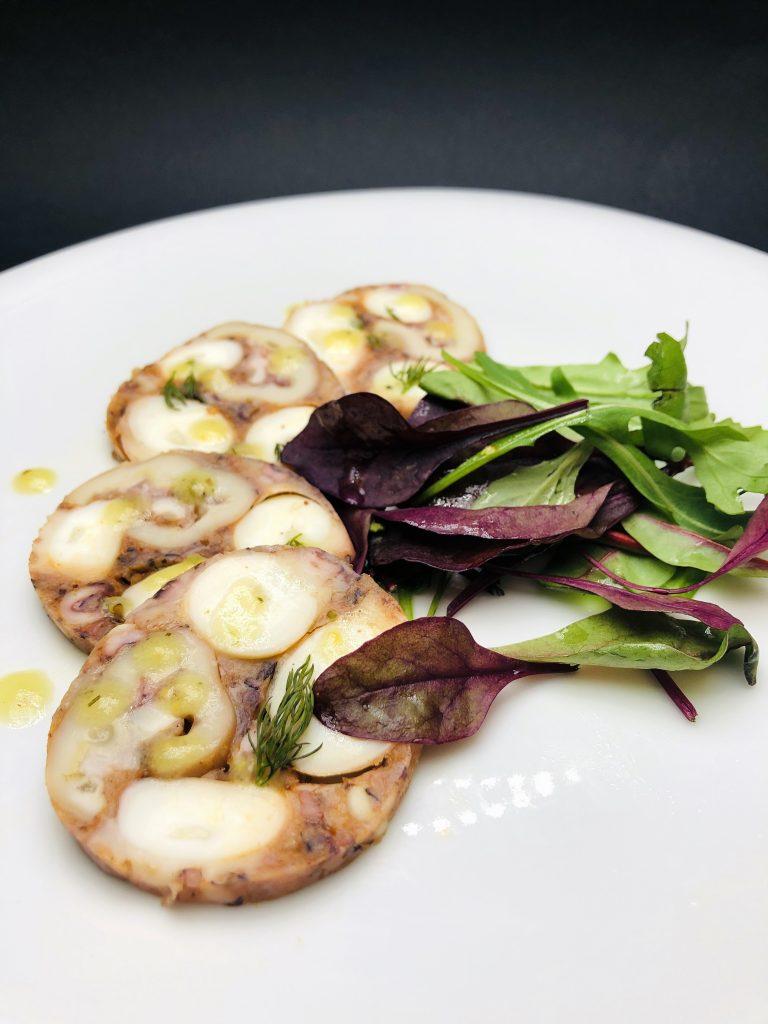 2. Карпачо от октопод със средиземноморски сос и микс от бейби салатаки.