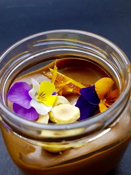 5. Мус от фин белгийски млечен шоколад, Коантро, печени лешници и захаросани портокалови кори.