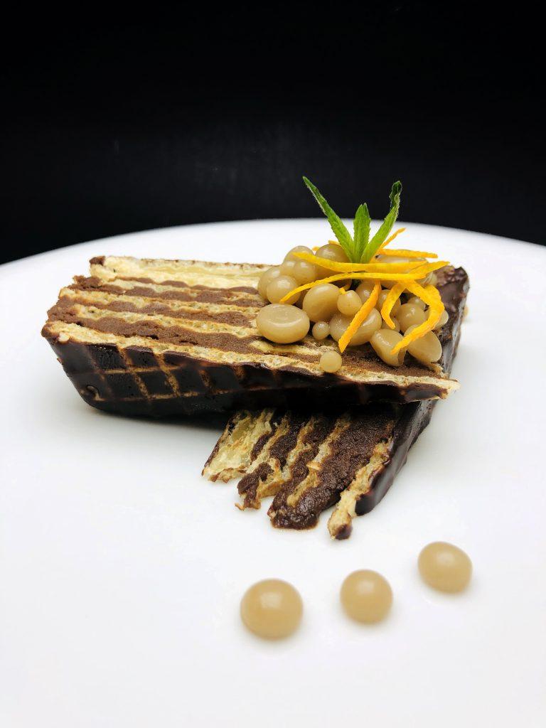 5. Домашно приготвена тунквана вафла с тахан халва, локум и тъмен белгийски шоколад, в съчетание с перли от боза