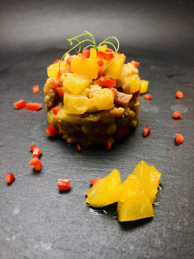 2. Тартар от червен тон, карамелизиран ананас, в комбинация с муселин от ментово авокадо