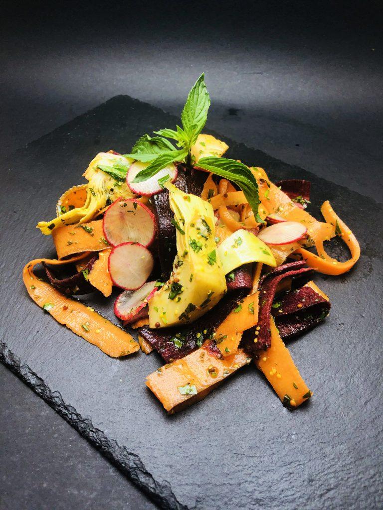 2. Салата с филетирани репички, моркови, артишок и лилав морков, поляти с ментов дресинг
