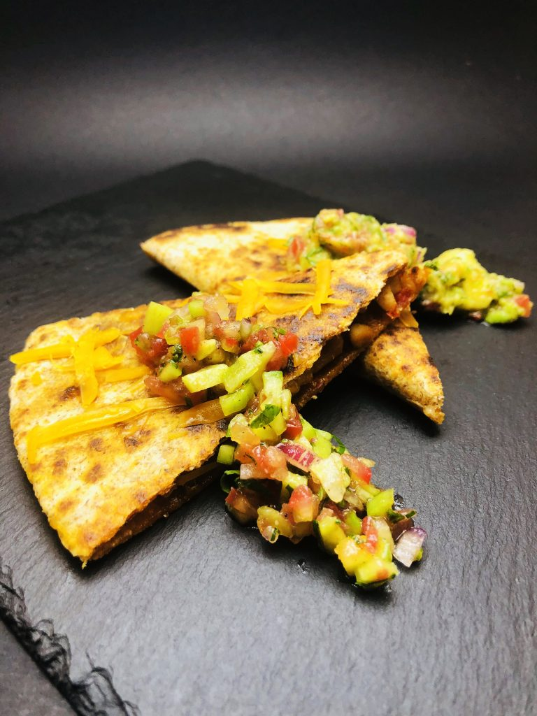 3. Пълнозърнеста кесадия с пиле и сирене мимолет, гуакамоле и пико де гайо