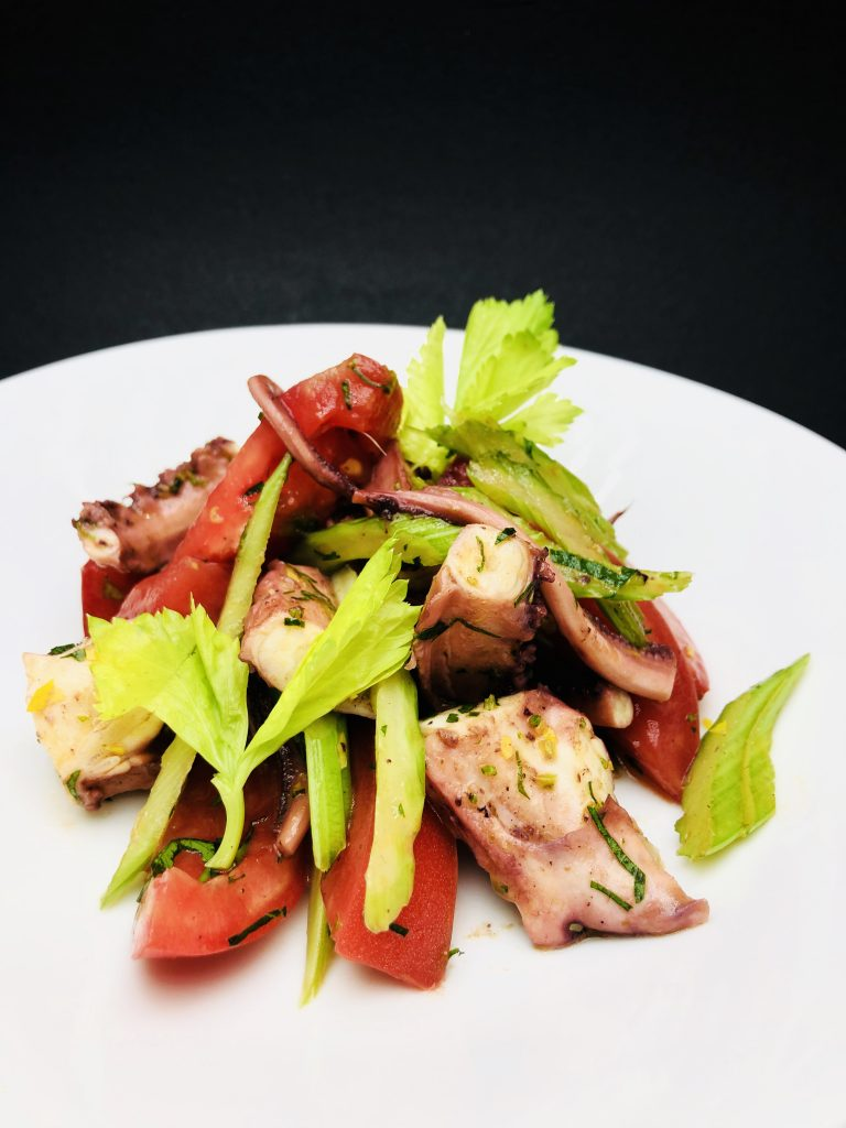 3. Свежа салата с пипала от калмари, мариновано прясно селъри и розови домати, овкусена със средиземноморски дресинг