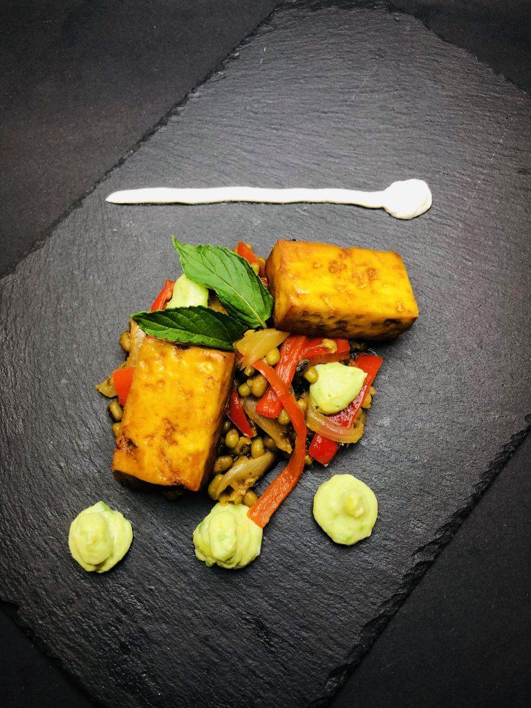 4. Фахита стейк от печено тофу – мариновано в тамари, лайм и кокосова захар, в комбинация с боб мунг, червена чушка, авокадо мус и свежо крема сирене