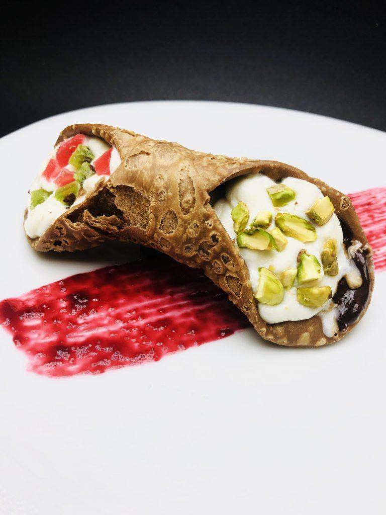 5. Сицилианска канола с рикота, маскарпоне, шоколадов ганаж от италиански шоколад, печен шамфъстък и захаросани плодчета