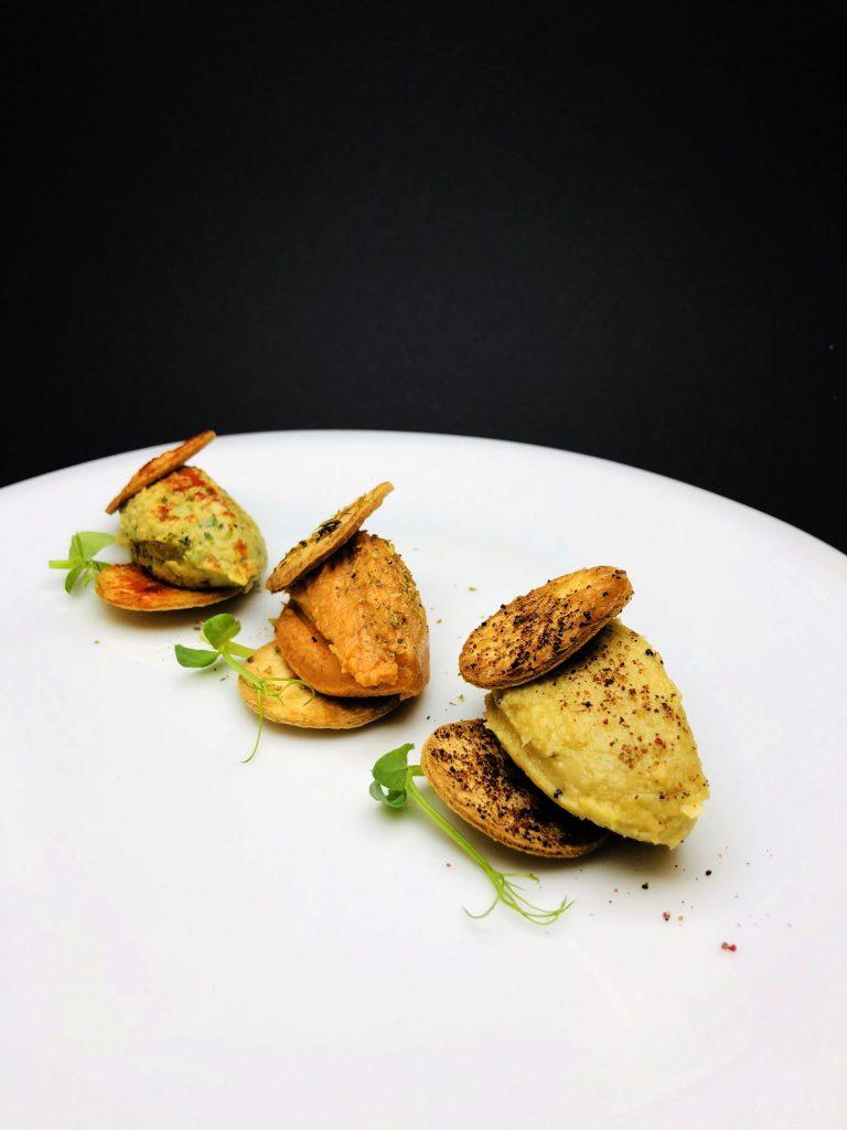 2. Трио хумус с чипс от пълнозърнеста тортиля – натурален хумус, с печен и пушен пипер, и с кора от лайм и пресен кориандър