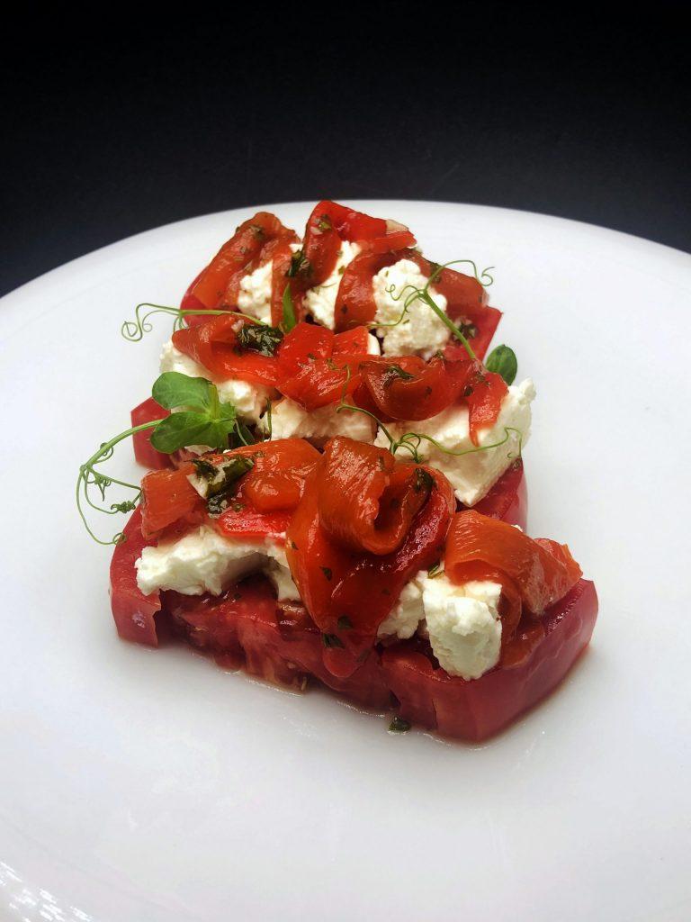 2. Салата от селски домати с мариновани печени чушки и свежо биволско сирене.