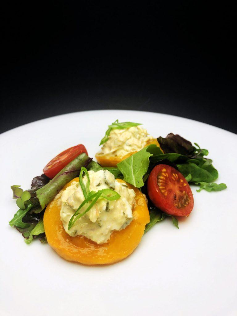 3. Салата от риба тон в праскова, поднесена с микс от бейби салатки и чери домати.