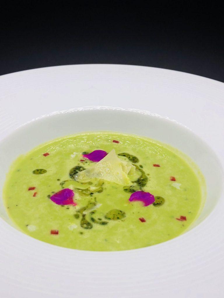 3. Грахова супа с прясна мента, босилеково песто, пармезан и червени чушки.
