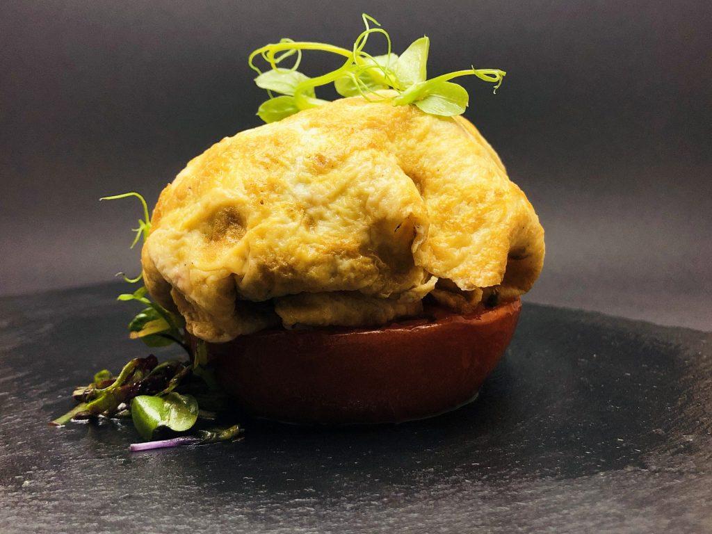 4. Традиционна каварма от свински врат в омлет от патешко яйце и доматена основа.