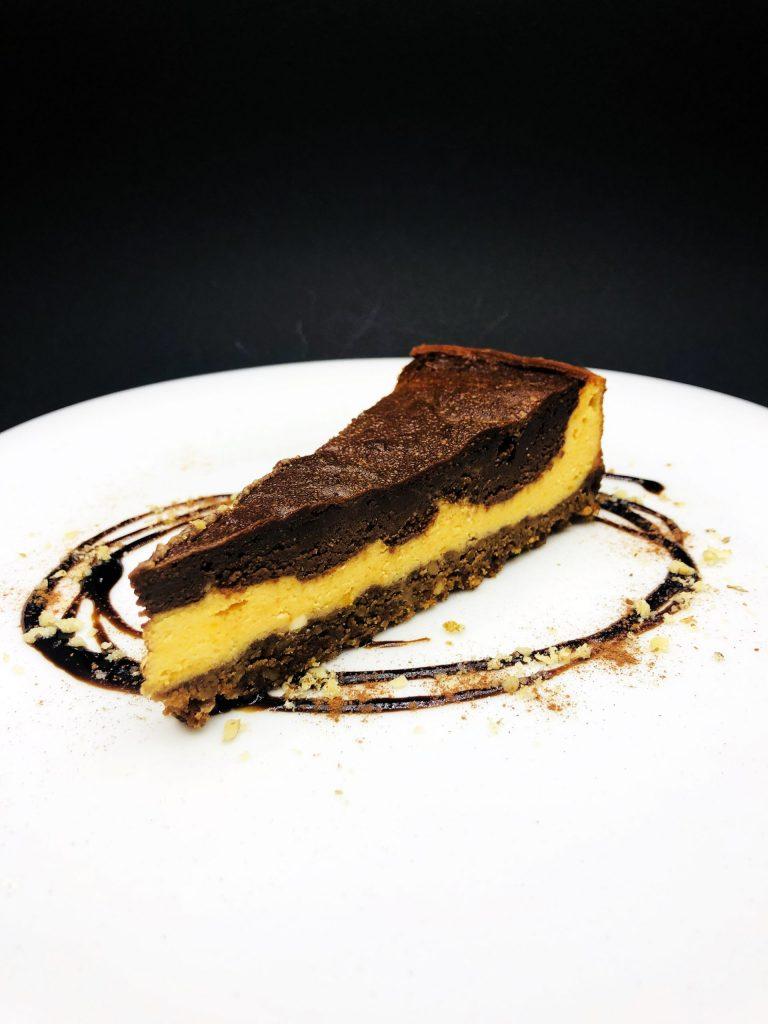 5. Печен чийзкейк с тиква и белгийски шоколад върху основа от натрошени овесени бисквити.