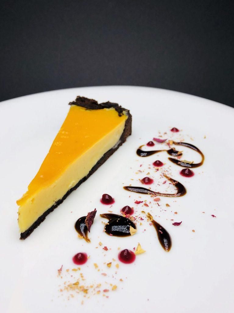 5. Кейк с два вида - тъмен и бял белгийски шоколад, завършен с пюре от маракуя.