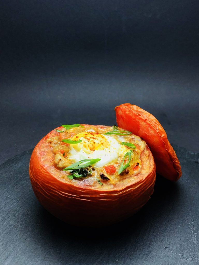 1. Гюведже от розов домат с младо телеко, пъдпъдъчи яйца и манатарки.