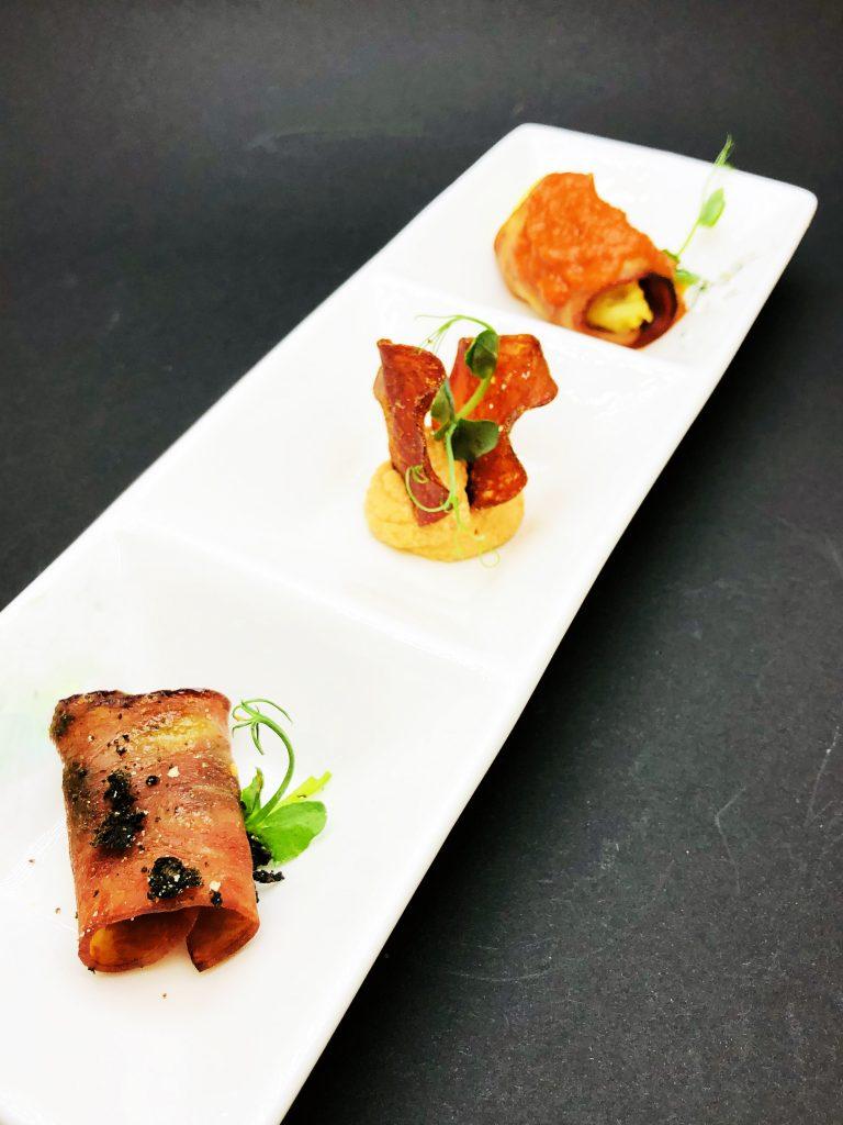 1. Премиум бекон с печен ананас и сушени сливи, в акомпанимент от мус със сушени домати и чипс от биволско месо.