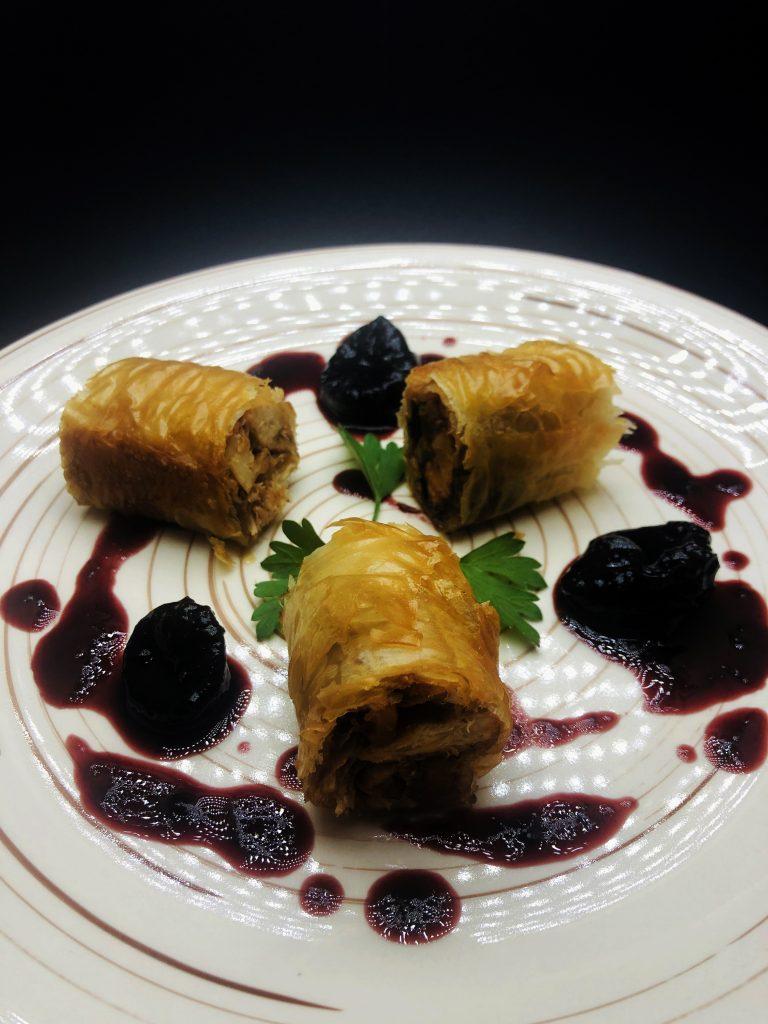 2. Заешки бутчета в хрупкави домашни кори със сос от сини сливи и мерло.