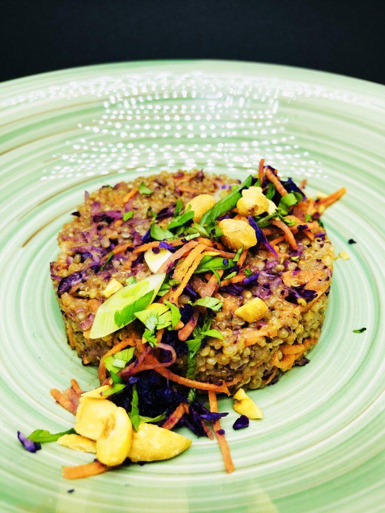 3. Тайландска салата от моркови, червено зеле, запечени фъстъци и киноа с фъстъчен сос.