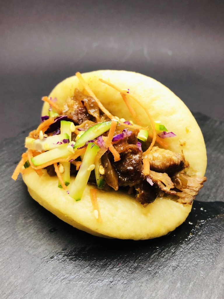 3. Бао хлебчета с бавно готвени по азиатски обезкостени ребърца в комбинация с хрупкави зеленчуци.