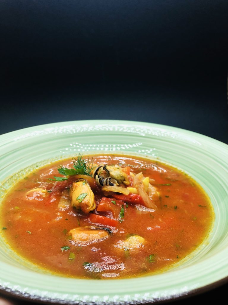 3. Червена супа с миди, бейби сепия, калмари, жълта чушка и свеж фенел.