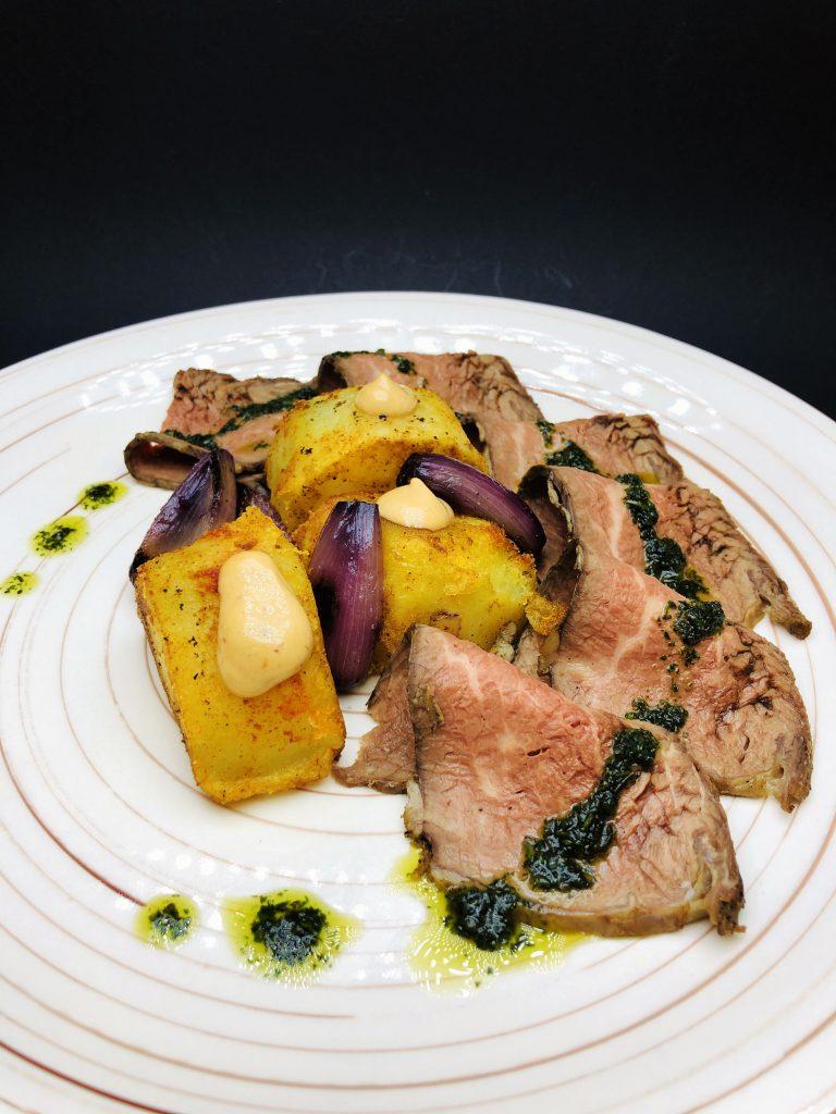 4. Блек Ангъс тритип с чимичури сос в комбинация с печени картофки, майонеза чипотле и арпаджик в червено вино Канти.