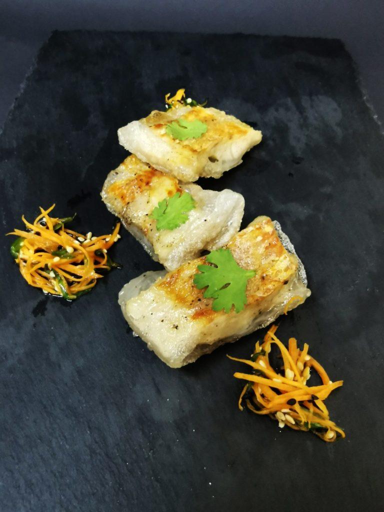 1. Бакалярос с 5 подправки загърнат в оризови кори, гарниран с азиатска салата от моркови, зелен лук и сусам.