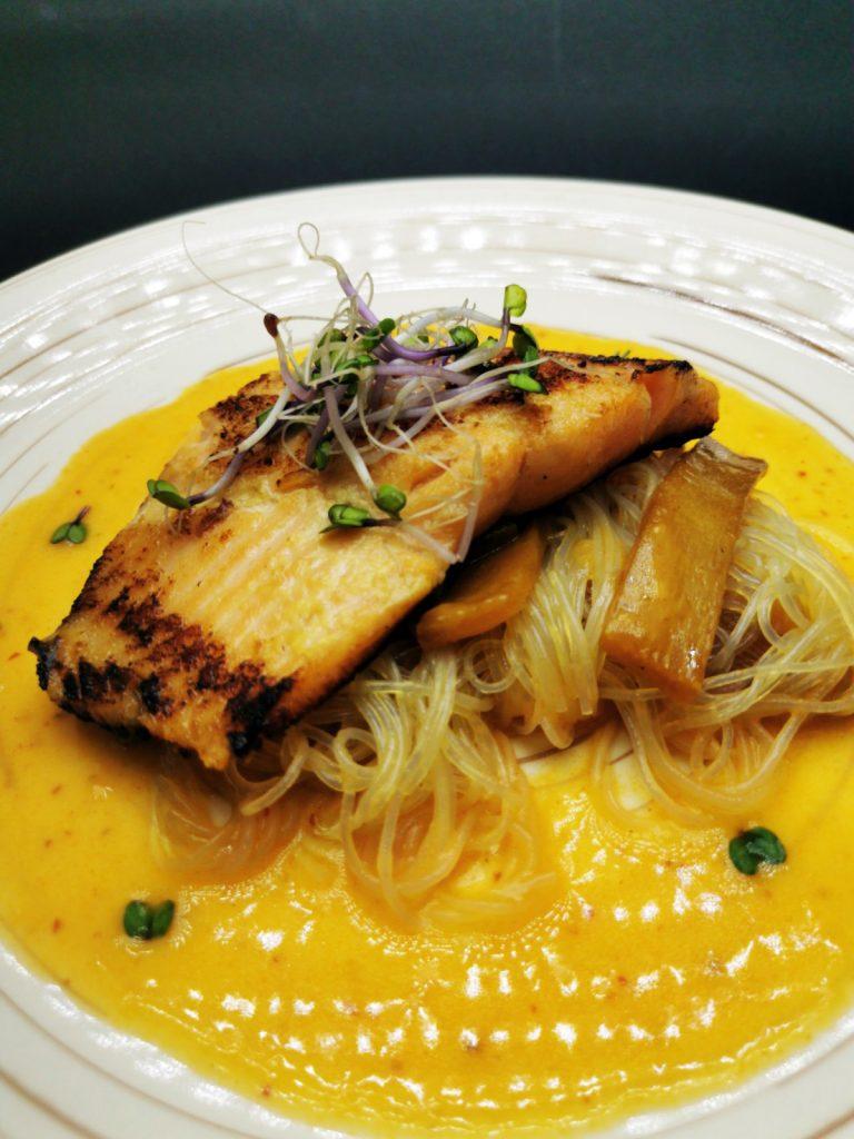 4. Глазирано филе от сьомгова пъстърва върху оризови нудли със задушен бамбук и велуте с червено къри.