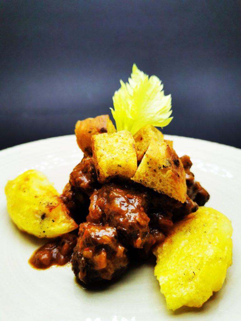 4. Традиционно българско ястие с телешки врат, сушени чушки и пащърнак, в комбинация с печени картофи и хрупкави крутони.