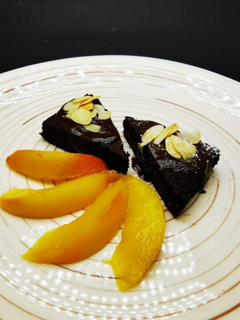 5. Кейк от карфиол и елда, заливка от тъмен белгийски шоколад, филирани бадеми и пуширани праскови.