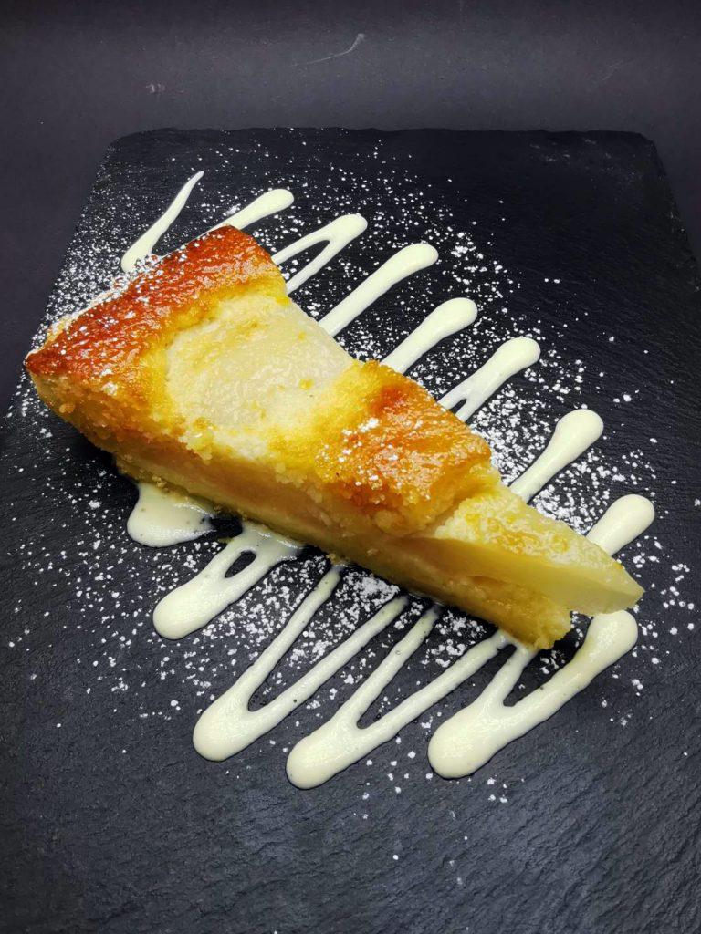 5. Елзас с основа от маслено тесто, готвени в шардоне круши, бадемов крем, сос англез и глазура от домашно сладко от кайсии.