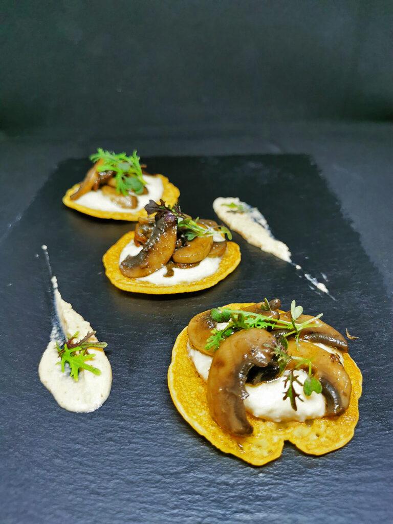 1. Блини от елда с хумус, манатарки и микс от горски гъби.