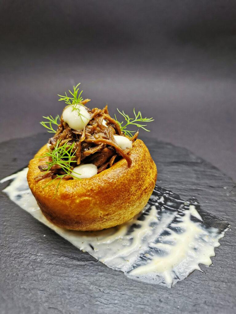1. Традиционен йоркширски пудинг, бавно печено дърпано телешко и сос хрян.