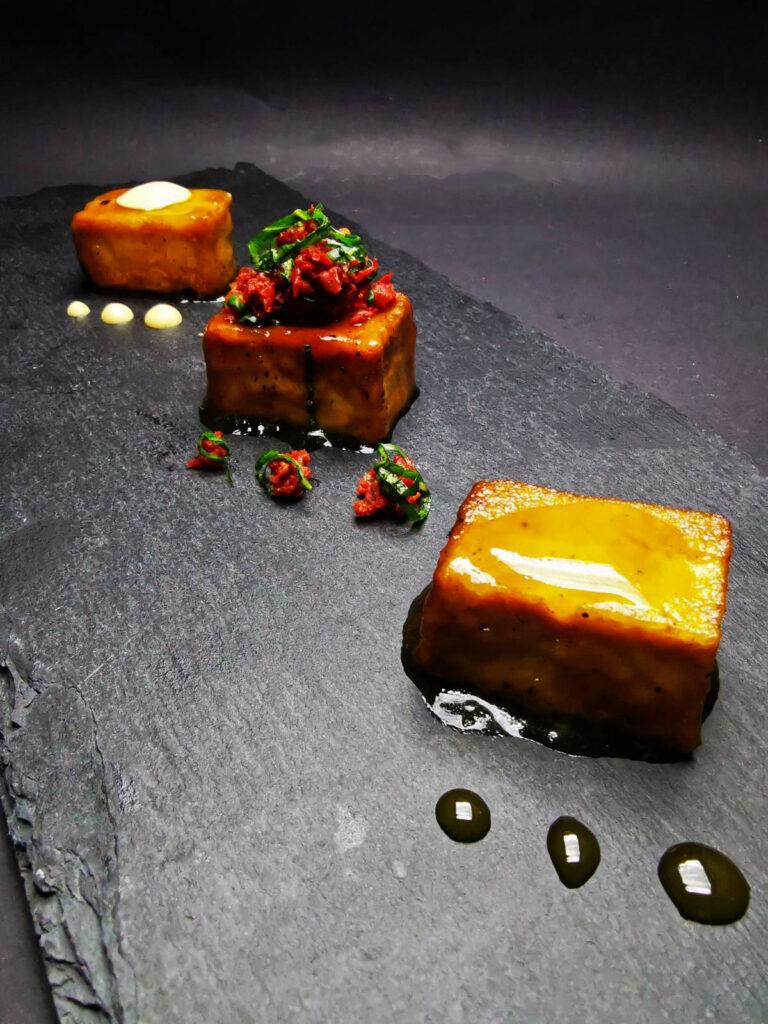 2. Стърфрай тофу с манго мус, японска майонеза и сушен домат с пресен босилек.