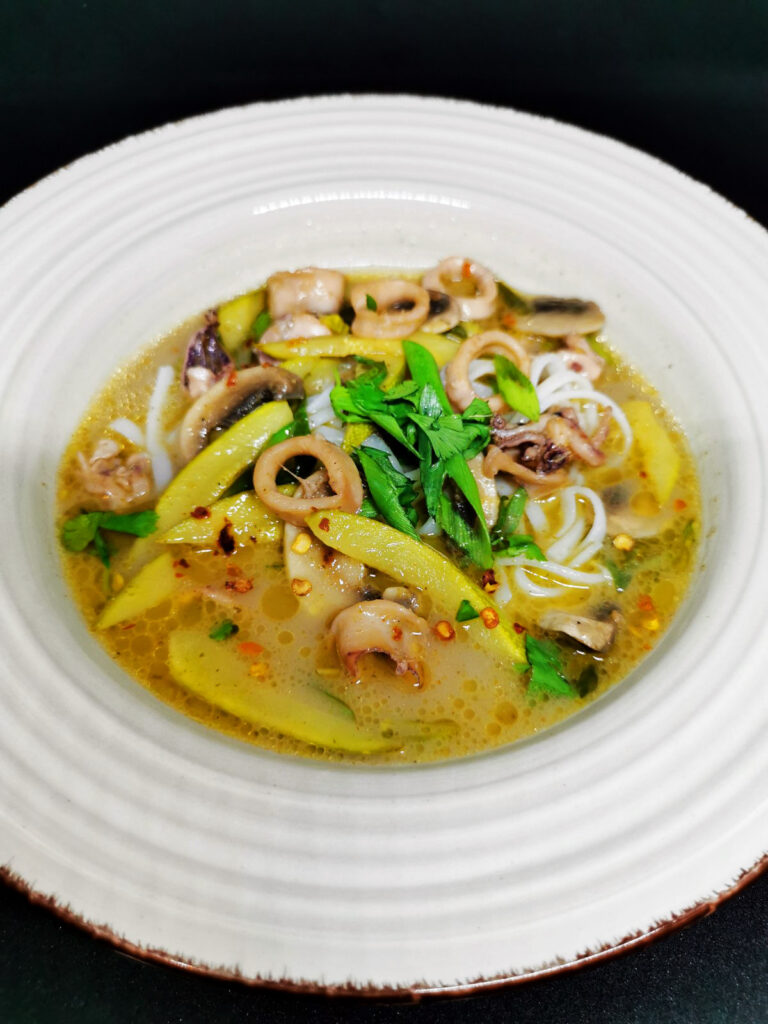 3. Тайландска супа с бейби калмари, зелено къри и пресни гъби.