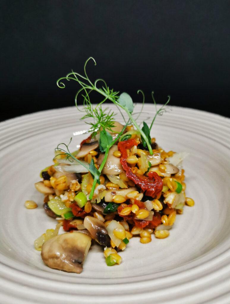 3. Салата от лимец, селъри и сушен домат, овкусена с дресинг от готвени печурки и праз, лимон и свежи билки.