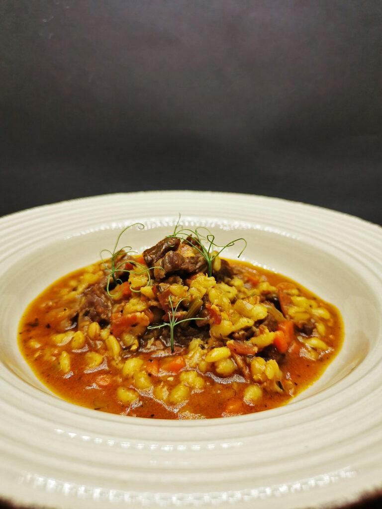 3. Телешка супа с ечемик и тъмен бира Гинес.