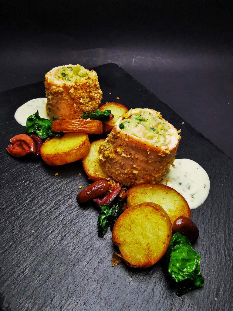 4. Рибен пай от сьомга филе, пресни картофки и спанак, гриловани каламата и сос парсли.