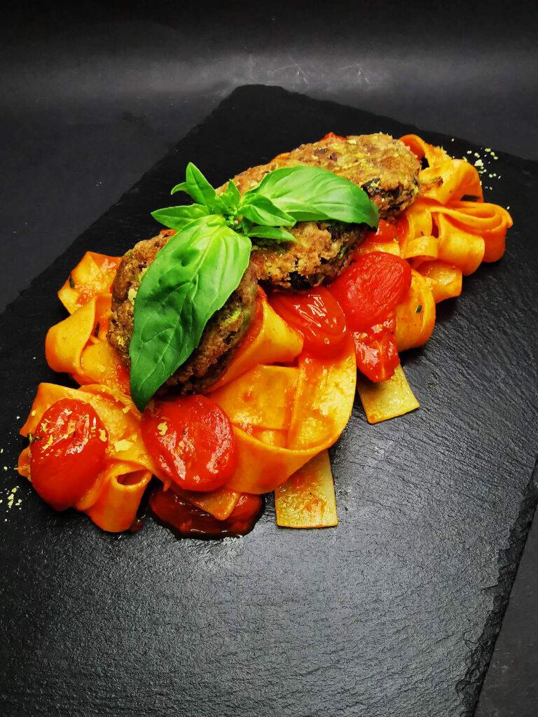 4. Пълнозърнесто папарделе със сос от печени червени чушки, чери домати и кюфтенца от овесени ядки, тиквичка и червен боб.
