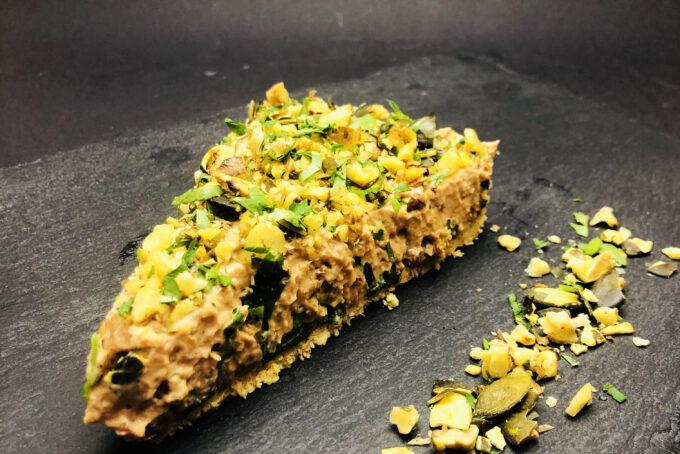 3. Солен чийзкейк от копринено тофу, сушени домати, печени орехи и тиквени семки, както и хрупкава основа от крекери.
